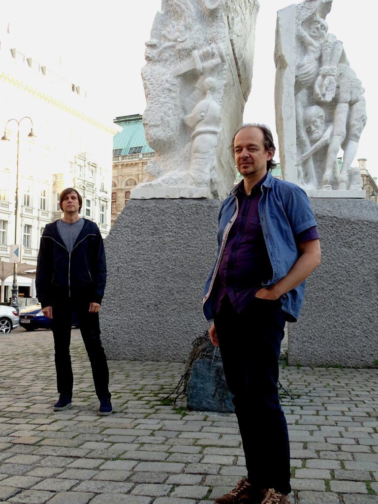 Lazar Lyutakov & Günter Puller vor dem Mahnmal gegen Krieg und Faschismus von Alfred Hrdlicka   Foto: Veronika Fischer