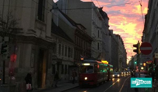 Die Westbahnstraße in Wien,Neubau in der Abenddämmerung.