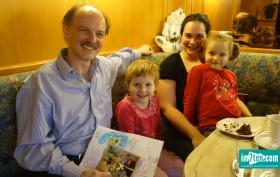 Geschenkübergabe SOS Kinderdorf
