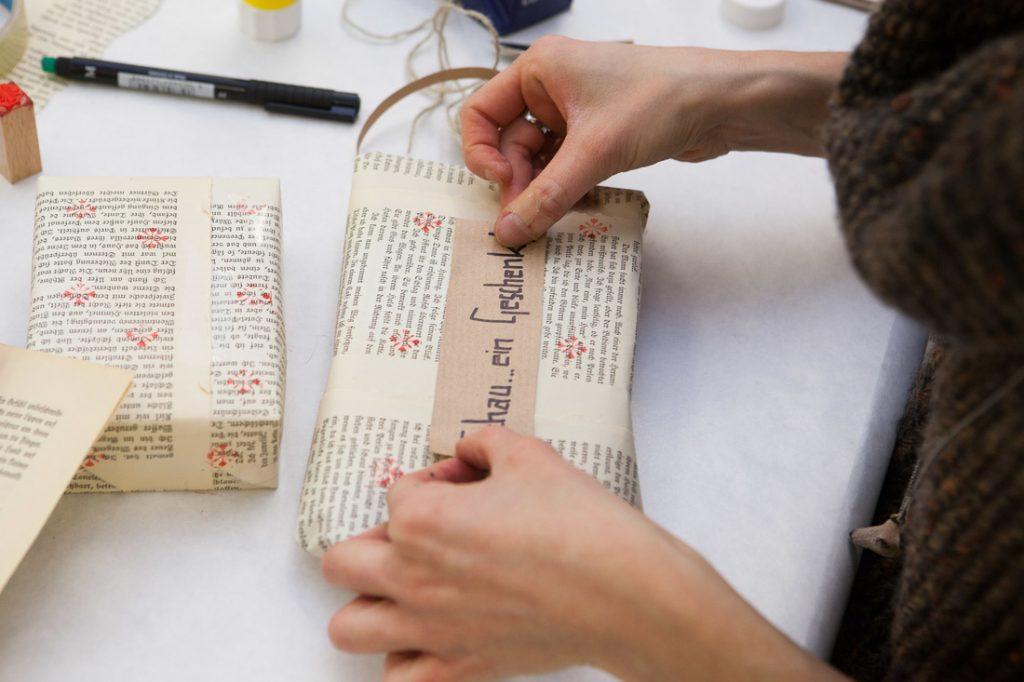 Künstler packen ein, Geschenkverpackungsservice in Wien