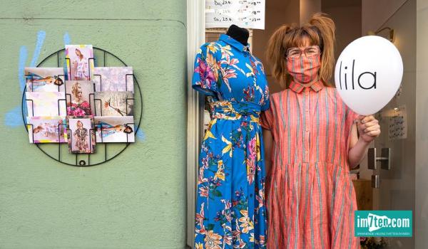 Fotografin Michaela Krauss-Boneau sort mit den Haustürporträts Wiener UnternehmerInnen aus dem 7. Bezirk für Aufmerksamkeit für die von Covid-19 betroffenen Selbstständigen.