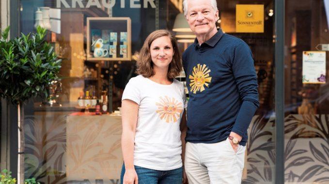Teresa und Peter Herzog sind das Vater-Tochter-Duo des Sonnentor-Geschäfts in der Neubaugasse 29, 1070 Wien