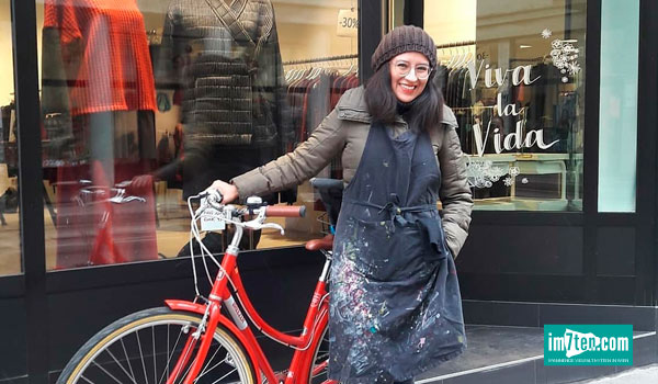 Die Künstlerin Gabriela Galarza de Konrath vor einem der Schaufenster in 1070 Wien