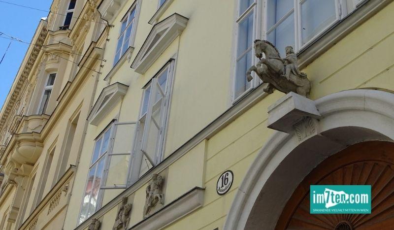 Sightseeing in der Neubaugasse bei einem der vielen historischen Gebäude in Wien.